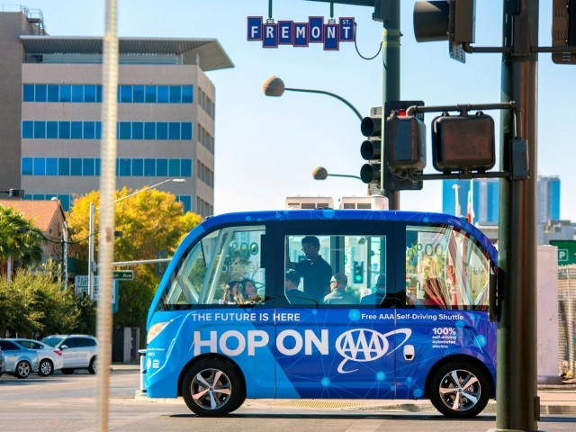 The first public self-driving shuttle, launched as a pilot project sponsored by AAA and Keolis is shown in downtown Las Vegas, Nevada, November 10, 2017.  PHOTO: REUTERS