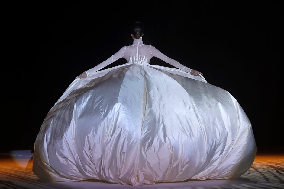 A model presents a creation by Stephane Rolland during the 2018 spring/summer Haute Couture collection fashion show in Paris. PHOTO: AFP