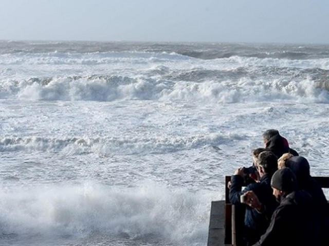 People watch waves during the storm Carmen in Lacanau, southwestern France, on January 1, 2018. Photo:AFP