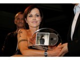 Irish singer Dolores O'Riordan poses with her European Border Breakers Awards 2008 during the MIDEM (International Record Music Publishing and Video Music Market) in Cannes, south-eastern France January 27, 2008. PHOTO: REUTERS