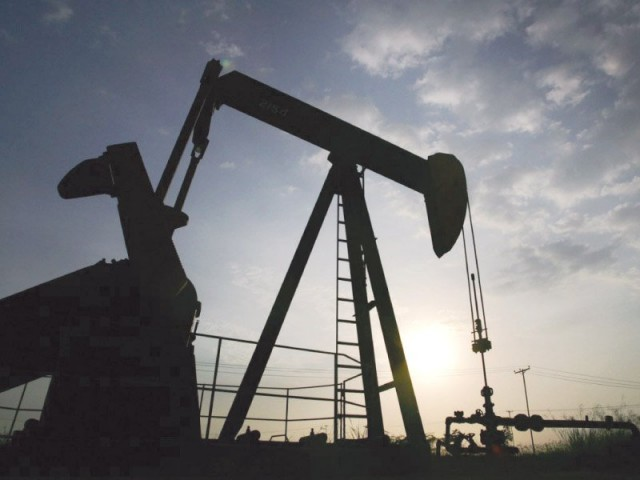 Global benchmark oil futures pause, ending 4-week gains