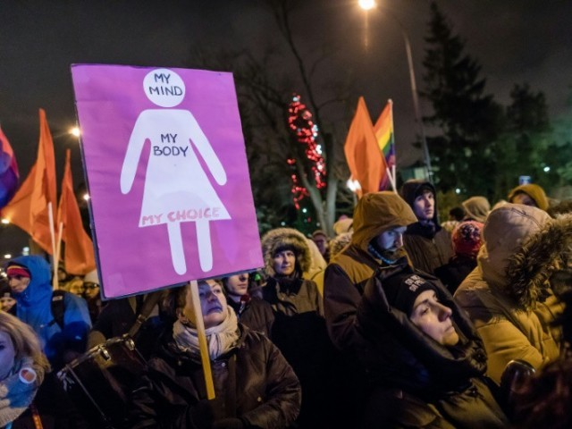 Mass protests in Poland against tightening of abortion law