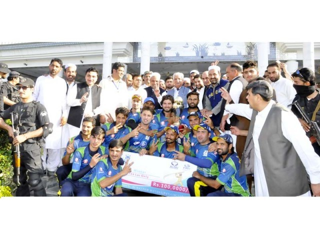 K-P Governor Iqbal Zafar Jhagra with the Fata Super League winning team Khyber Green Azmeri players. PHOTO: EXPRESS
