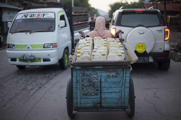 The work of Hasria and her fellow water collectors, who get paid about 500 rupiah (3.5 US cents) for each can, or $7 for the whole load, is vital for some 5,800 families in Tinambung district. PHOTO: AFP