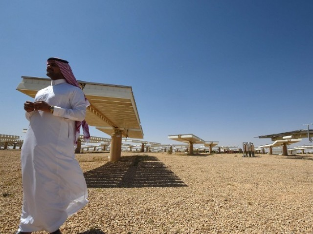 A Saudi man stands at a solar plant in Uyayna, north of Riyadh, on March 29, 2018. On March 27, Saudi announced a deal with Japan's SoftBank to build the world's biggest solar plant. PHOTO:AFP