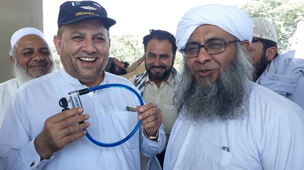JUI-F member attempt to lock assembly gate. PHOTO: EXPRESS