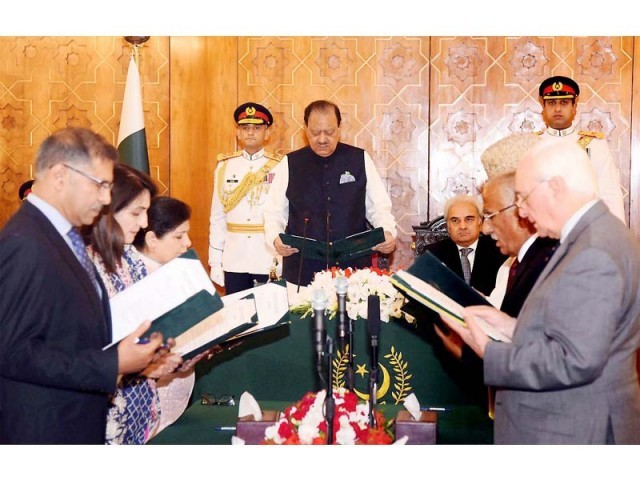 President Mamnoon Hussain administers oath to interim ministers on June 5, 2018. PHOTO: NNI