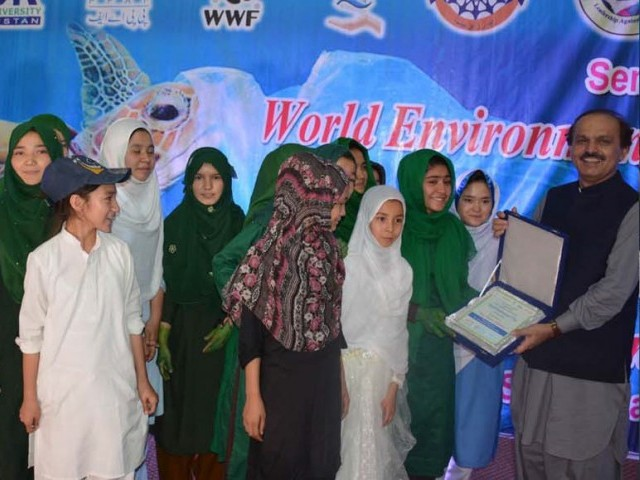Balochistan Chief Secretary Aurangzeb Haq distributes awards among children. PHOTO: EXPRESS