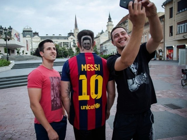 Fans amass to see Messi at training session