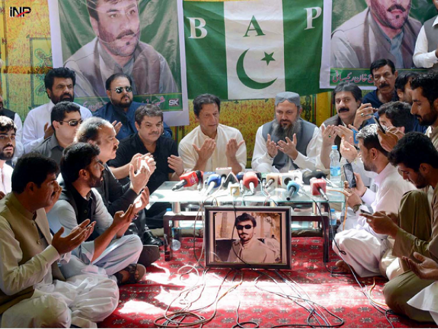 BAP leader Jam Kamal Khan Aliyani, PTI chief Imran Khan and others offer fateha for slain BAP leader Siraj Raisani. PHOTO: INP