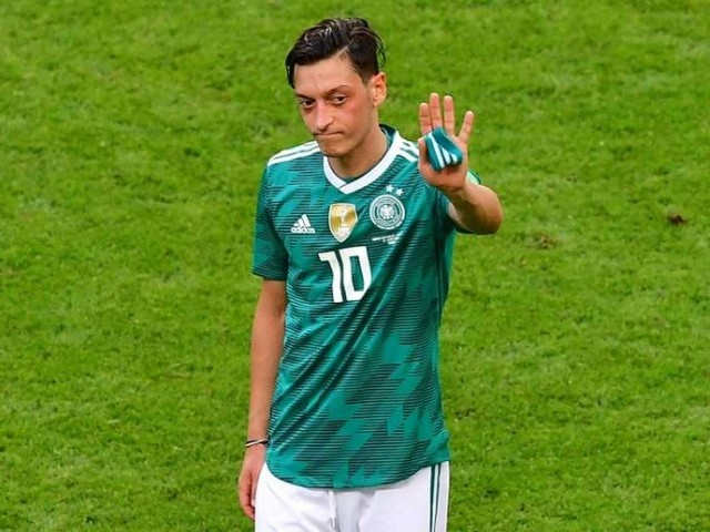Arsenal boss Unai Emery offers support to Mesut Ozil
