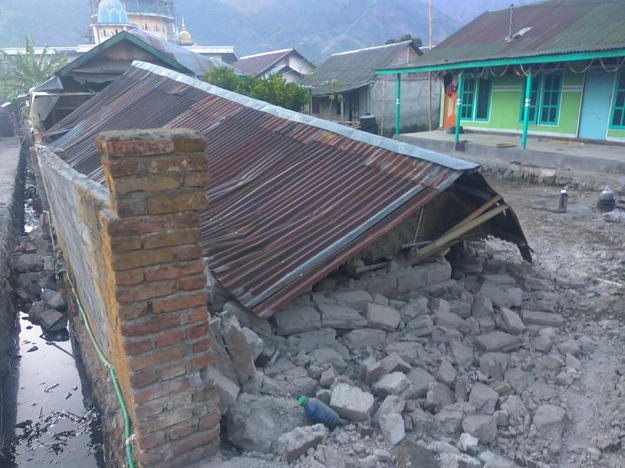 Debris is seen following an earthquake in Lombok, Indonesia. PHOTO:REUTERS