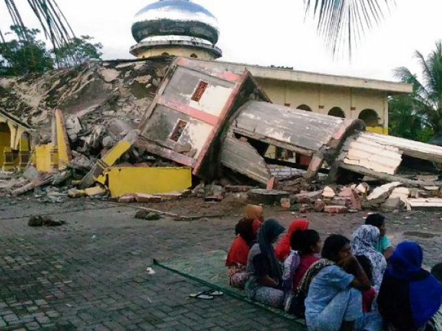 Indonesian earthquake survivors rattled by aftershocks