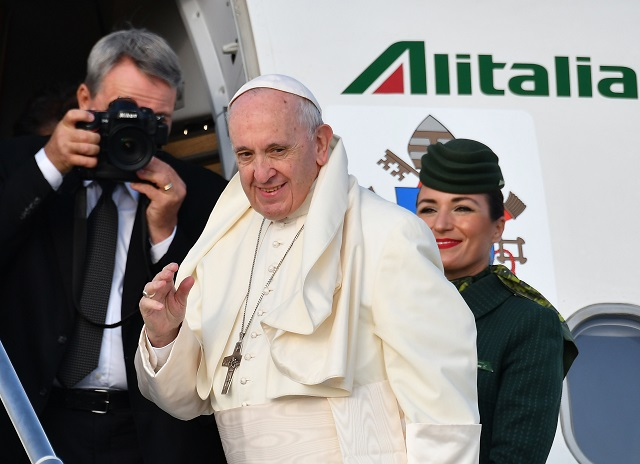 Pope Francis waves as he boards the plane on his way to the his two-day pastoral trip to Ireland on August 25, 2018 from the Fiumicino airport. PHOTO:AFP