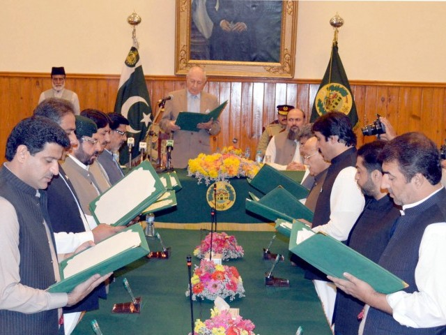 Balochistan Governor Muhammad Khan Achakzai administers oath to newly-inducted members of the provincial cabinet. PHOTO: EXPRESS