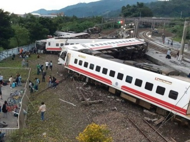 Seventeen killed and 101 injured in Taiwan train derailment