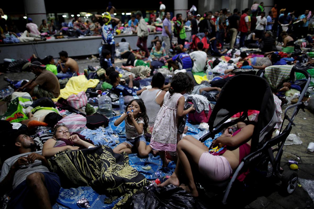 Migrants, part of a caravan of thousands of migrants from Central America en route to the United States, rest along the sidewalks of Tapachula city center, Mexico October 21, 2018. PHOTO: REUTERS