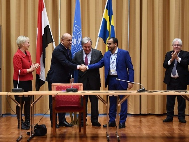 Yemen's foreign minister Khaled al-Yamani and rebel negotiator Mohammed Abdelsalam shake hands under the eyes of United Nations Secretary General Antonio Guterres, Sweden's Minister for Foreign Affairs, Margot Wallstr m and UN special envoy to Yemen Martin Griffiths, during peace consultations taking place at Johannesberg Castle in Rimbo, north of Stockholm, Sweden, on December 13, 2018. PHOTO: AFP
