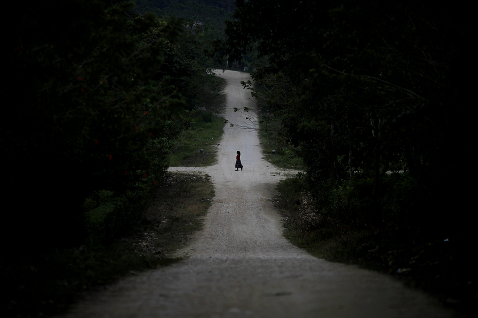 A girl walks along an empty street in San Antonio Secortez, the home village of Jakelin Caal, a 7-year-old girl who handed herself in to U.S. border agents earlier this month and  died after developing a high fever while in the custody of U.S. Customs and Border Protection, in Guatemala December 23, 2018. PHOTO: REUTERS