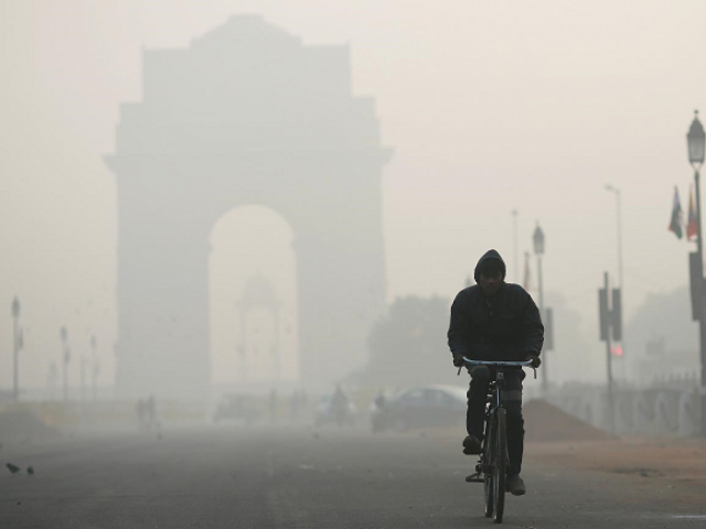 A man rides his bicycle in front of the India Gate shrouded in smog in New Delhi, India, December 26, 2018. PHOTO: REUTERS