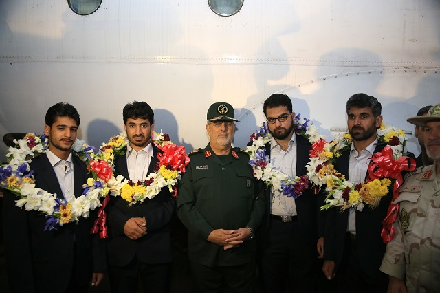Brigadier-General Mohammad Pakpour (C), commander of the Islamic Revolutionary Guard Corps ground forces, poses with four freed Iranian border guards. PHOTO: AFP