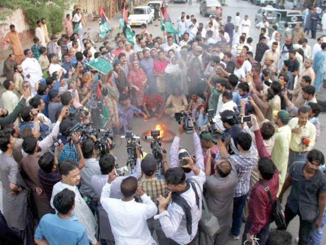 PPP workers shout slogans during a protest rally in Hyderabad against Asif Ali Zardari's arrest by NAB. PHOTO: ONLINE