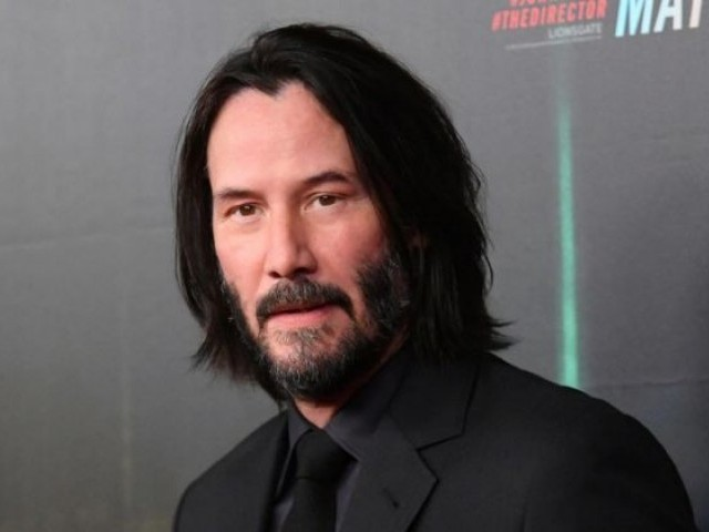 Keanu Reeves is being praised for his 'hands-off' photos with female fans
