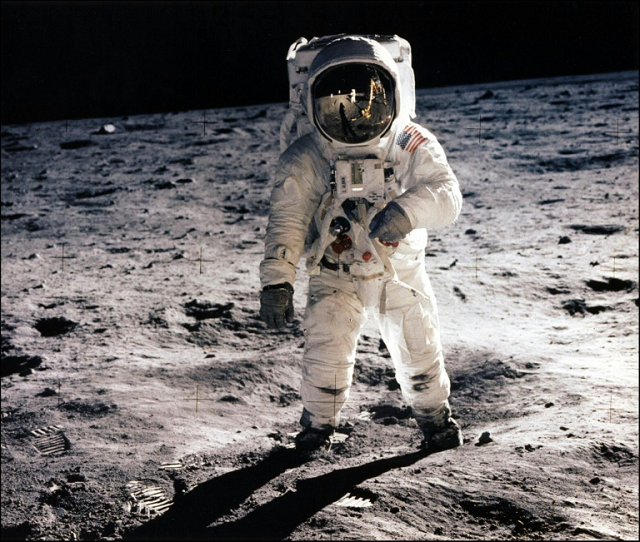 moon-landing-conspiracy-theories-1-2