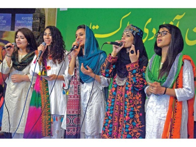 Students sing national songs at an Independence themed event at Lok Virsa. PHOTO: ZAFAR ASLAM/EXPRESS