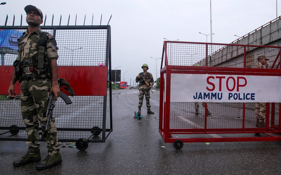 Security personnel stand guard at a roadblock in Jammu on August 7, 2019. - A protester died after being chased by police during a curfew in Kashmir's main city, left in turmoil by an Indian government move to tighten control over the restive region, a police official said on August 7. PHOTO: AFP