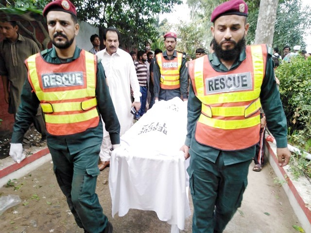 Rescue officials shift body of a victim to a hospital in Narowal on Friday. PHOTO: NNI