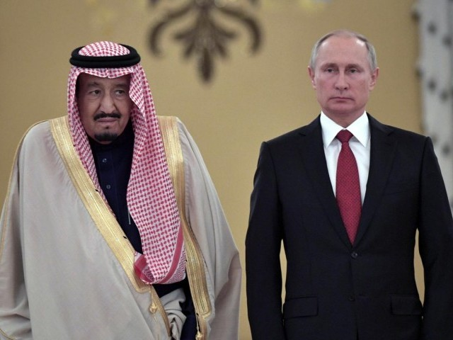 Russian President Vladimir Putin (R) and Saudi Arabia's King Salman attend a welcoming ceremony ahead of their talks in the Kremlin in Moscow, Russia. (PHOTO: REUTERS/FILE)