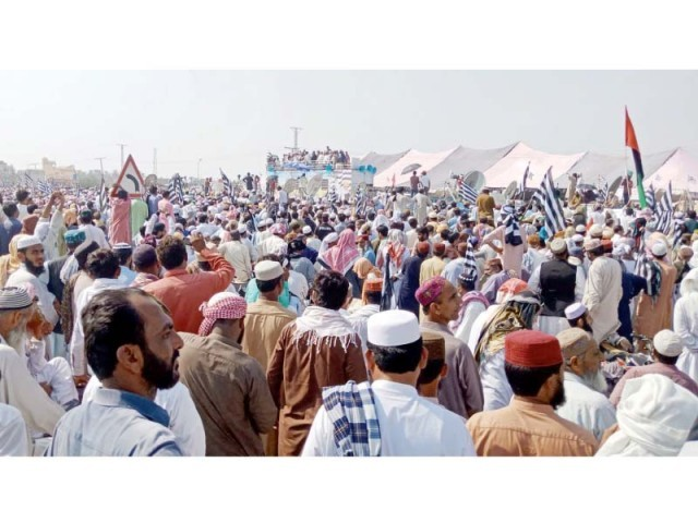 Workers of JUI-F and supporters of the Azadi march gather to receive Maulana Fazalur Rehman as he arrives at Rohri Bus Terminal, Sukkur, before they head towards Punjab. PHOTO: ONLINE