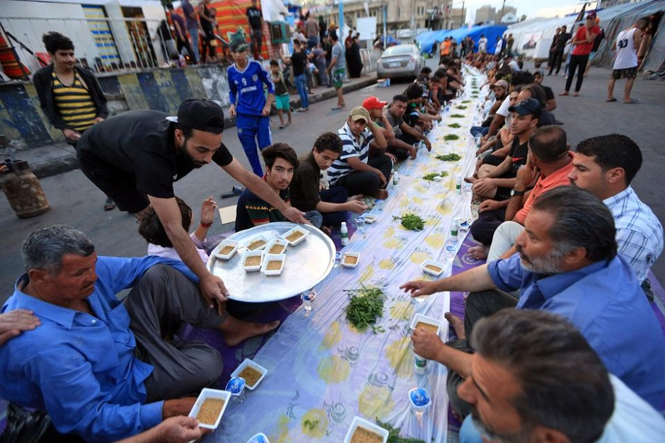Anti-govt protesters gather for iftar dinner in Baghdad, Iraq on April 26, 2020. PHOTO: ANADOLU AGENCY